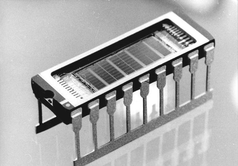 """""""ADN-ZB Kasper 6.4.1989 Bez. Gera: Zum Tag des Metallarbeiters 1989-Der dynamische 1-Megabit-Schreib-Lese-Speicher U 61000 aus dem Kombinat VEB Carl Zeiss Jena ist der erste Schaltkreistyp der Zeiss-Fertigung auf der Basis einer n-Wandler-CMOS-Technologie im Strukturniveau 1 Mikrometer. Technologische Spezialausrüstungen des Elektronikmaschinenbaus - unerlässliche Voraussetzung für die Produktion hochintegrierter mikroelektronischer Bauelemente - entstehen im Betrieb für optischen Präzisionsgerätebau des Zeiss-Kombinates."""""""